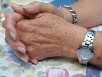 Die Spuren des Alters verblassen lassen - Pflege für reifere Haut