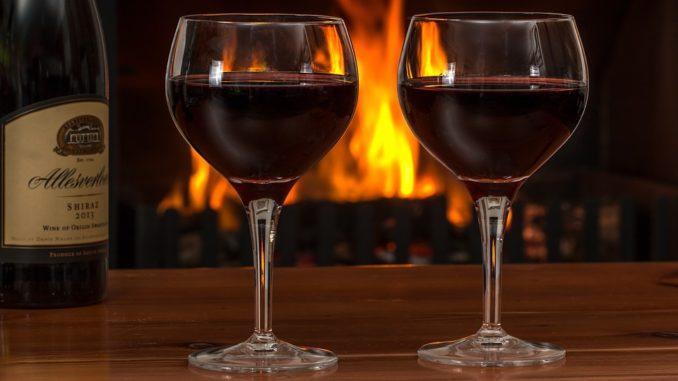Ein Glas Wein gehört für Senioren zu einer gesunden Ernährung dazu