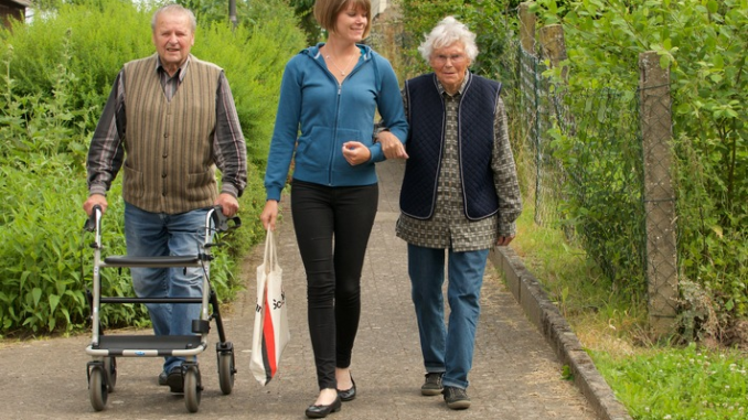 Zu hohe Hürden für Senioren-Assistenten bremsen die ambulante Betreuung aus